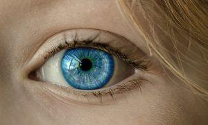 Rilassarsi occhi delicati con acqua termale