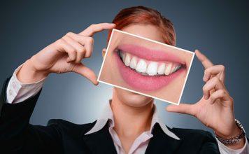 Come prendersi cura delle protesi dentarie