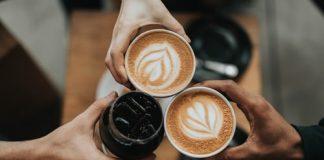 Perché non dovresti bere caffè subito dopo esserti svegliato