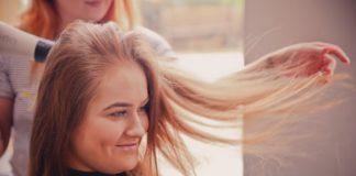 Abitudini quotidiane che danneggiano i tuoi capelli