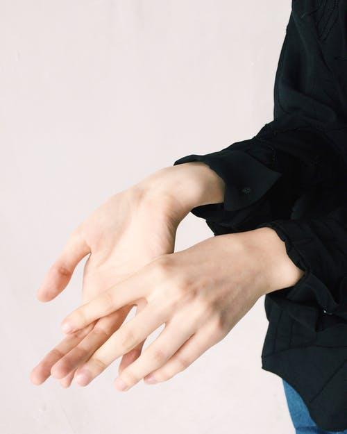 Cura quotidiana delle mani levigare le mani secche e ruvide