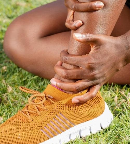 Distorsione della caviglia - sintomi, pronto soccorso, riabilitazione e trattamento